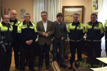 El Alcalde de Don Benito recibe a los seis policías locales que salvaron la vida a una joven de la localidad