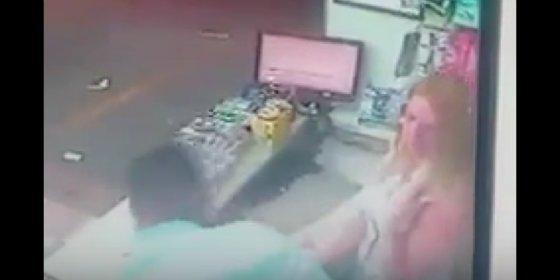 El vídeo del ratero que muere de un infarto atracando a una guapa rubia