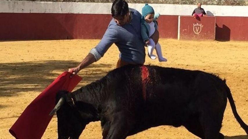 Francisco Rivera la monta parda en Twitter al colgar una foto toreando con su hija en brazos