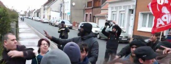 Así saca el fusil un cabreado francés contra unos airados refugiados