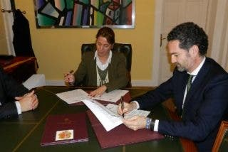 Ayuntamiento de Cáceres e Iberdrola firman un convenio para impedir cortes de luz a familias necesitadas