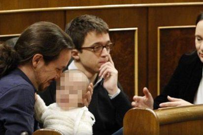 Carolina Bescansa acude al Congreso acompañada de su bebé y le da de mamar en el hemiciclo