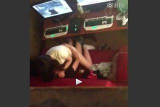 La novia practica sexo en un cibercafé al trote y ve una película porno de reojo