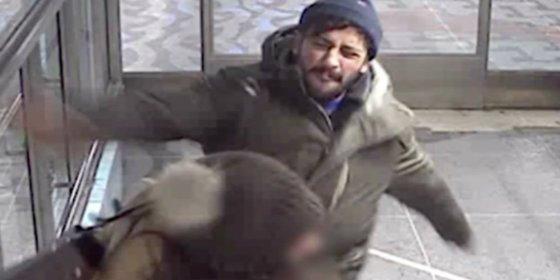 [Vídeo] El carterista golpea y escupe a una mujer ante sus hijos en el metro... por estropearle un robo