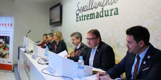 El alcalde de Mérida ha firmado en Fitur el convenio para la celebración de la Feria de la Gastronomía Iberoamericana