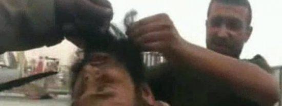 Así juegan con la cabeza del barbudo los musulmanes en el nombre de Alá