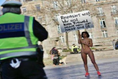 La artista que posa desnuda en Colonia para protestar por los asaltos sexuales de los musulmanes