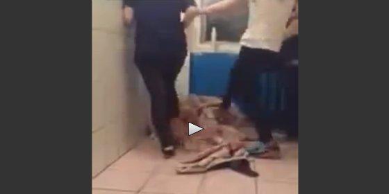 """La brutal paliza en el retrete de unas estudiantes a una """"piojosa"""" huérfana"""
