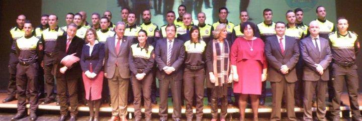 Vara entrega los despachos a los nuevos policías locales de Extremadura