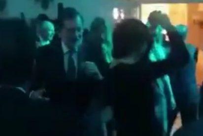 Así se suelta la coleta un lanzado Mariano Rajoy bailando 'Mi gran noche' de Raphael