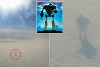 El 'Gigante de Hierro' que ha fotografiado el pasajero de un avión... caminando por las nubes
