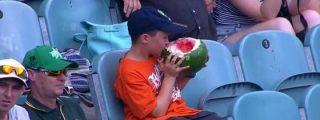 El extraño y mordiscón 'niño sandía' que devora la fruta con cáscara y todo
