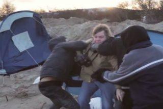 Con estas aviesas intenciones atacan tres refugiados a una periodista en un campamento