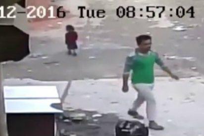 El ángel de la guarda que salva a una niña de morir aplastada por un coche