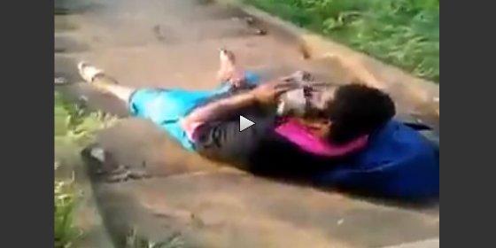 Cazado mientras se la pela espatarrado ¡oliendo el zapato de la vecina!