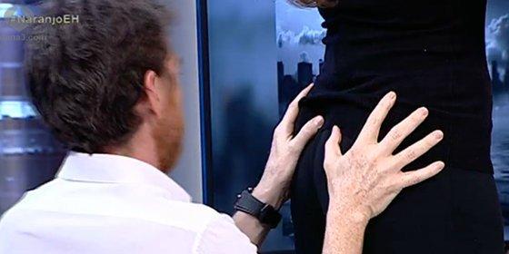 Pablo Motos enloquece y le besa el culo a Mónica Naranjo en directo