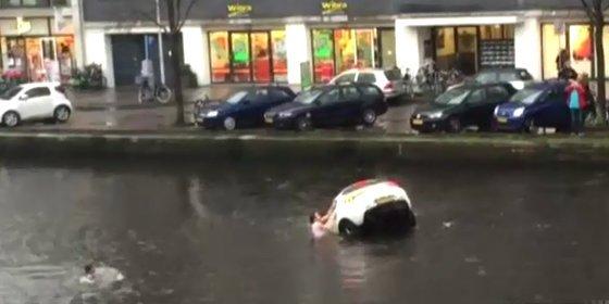 Así salvan 4 valientes a la madre y al bebé que se hunden con su coche en un canal de Ámsterdam