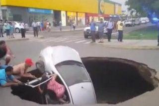 [VÍDEO] La familia tragada por una carretera cuando iba en el coche