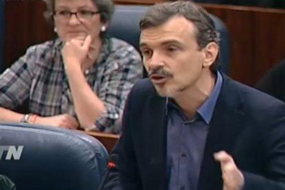 """La pelea de taberna entre PP y Podemos en la Asamblea de Madrid: """"Si hay cojones, dímelo en la calle"""""""