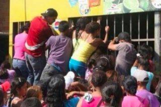 Las hostias sin pan que se dan los venezolanos por una botella de leche con la bendición chavista