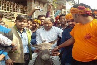 Un sacerdote católico, rapado y humillado en la India por extremistas hindúes