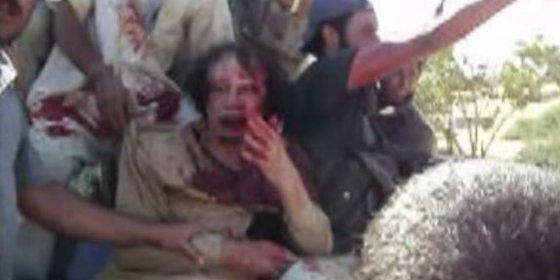 El brutal vídeo inédito del agonizante Gadafi tras capturarle los rebeldes