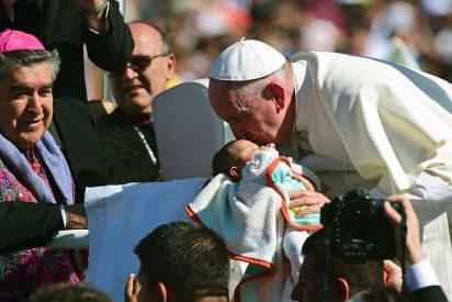 """El Papa en México: De la """"cariñoterapia"""" con los pobres al """"jalón"""" de orejas a los poderosos"""