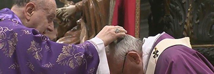 """La ceniza del Papa: """"La identidad cristiana es el amor que sirve, no el egoísmo que se sirve"""""""