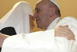 Francisco y Kirill: un abrazo esperado durante mil años