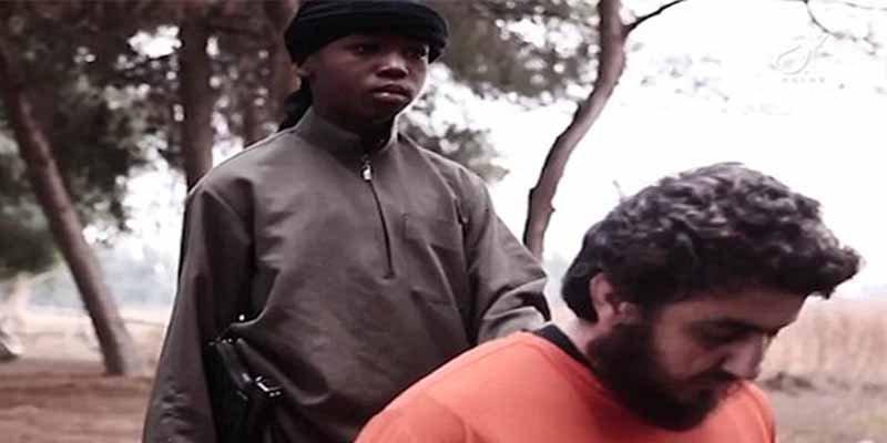 Terrorismo Islámico: El 'niño oscuro' del ISIS decapita a un religioso sin miedo
