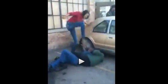 [VÍDEO] Se encuentra al tipo que la violó de niña y le da una paliza