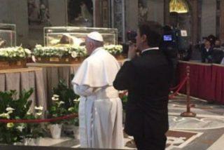 El Papa visita por sorpresa los restos del padre Pío y de san Leopoldo