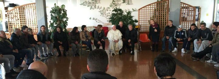 """Francisco visita un centro de rehabilitación y pide a los internos """"no dejarse devorar por la metástasis de la droga"""""""