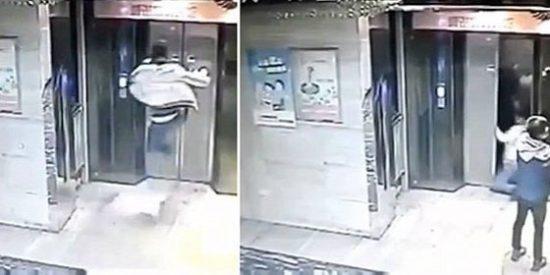 El patoso se hace el chulo y cae al vacío por el hueco de un ascensor