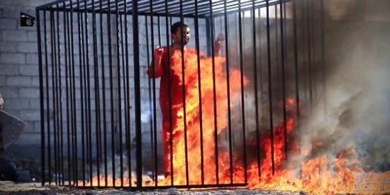 El vídeo del ISIS quemando vivo al piloto en la jaula que prohibió Internet