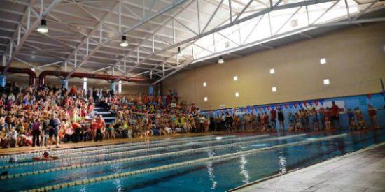 Más de seiscientos alumnos participan en Mérida en la gymkana escolar de natación