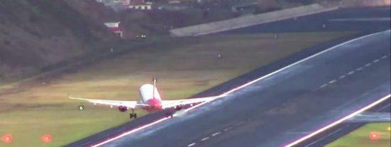 El aterrizaje de los aviones en el aeropuerto más terrorífico de Europa