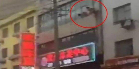 El vídeo del torpe que salta desnudo por la ventana tras sorprenderle el marido de su amante