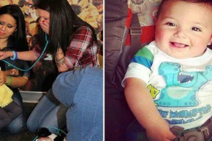 Con esta emoción escucha los latidos del corazón de su hijo trasplantado a una niña de 4 años