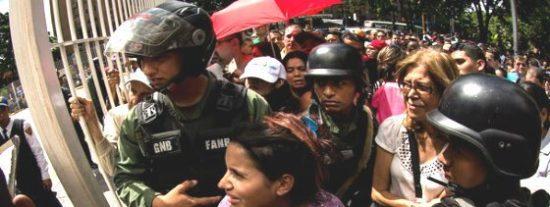 Venezuela se desangra: ¡Muere un bebé aplastado en una cola para comprar arroz!