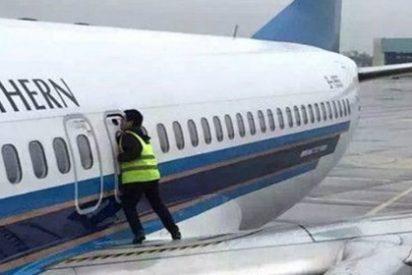"""Un tipo abre la puerta de emergencia de un Boeing 737 para """"tomar el aire"""""""
