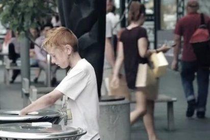¿Tú ayudarías a un niño que busca en la basura o harías como todos éstos?