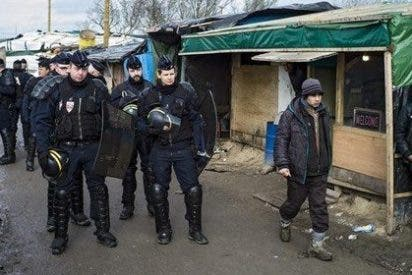 El Gobierno francés desmantela la 'jungla' de Calais en un clima de extrema tension