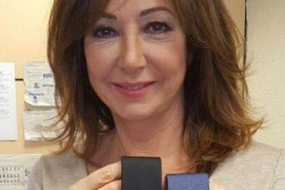Ana Rosa Quintana regala dos corbatas a Pablo Iglesias para que visite al Rey