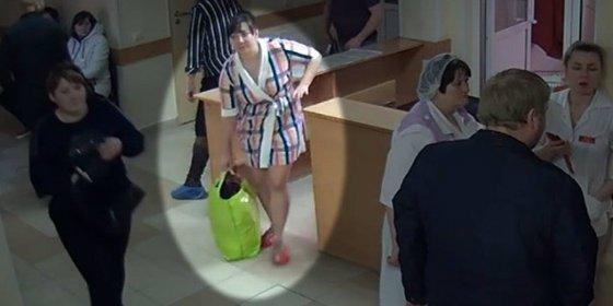 Así roba la mujer a un recién nacido del hospital tras haber muerto su hijo