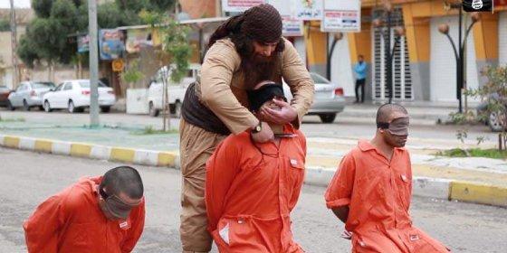 El dantesco vídeo del verdugo que ejecuta a tres devotos Peshmerga