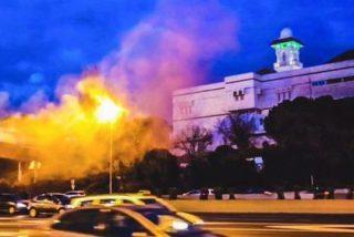 """Lanzan bengalas y ponen carteles frente a la mezquita de la M-30: """"Hoy Bruselas, ¿mañana Madrid?"""""""