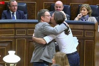 Pablo Iglesias y Xavier Domènech se plantan un besazo en la boca en la cara del PP