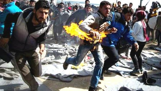 Así se quema a lo bonzo un refugiado en el campamento griego de Idomeni