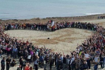 Marea humana en Son Serra para protestar contra los dichosos chiringuitos de la playa
